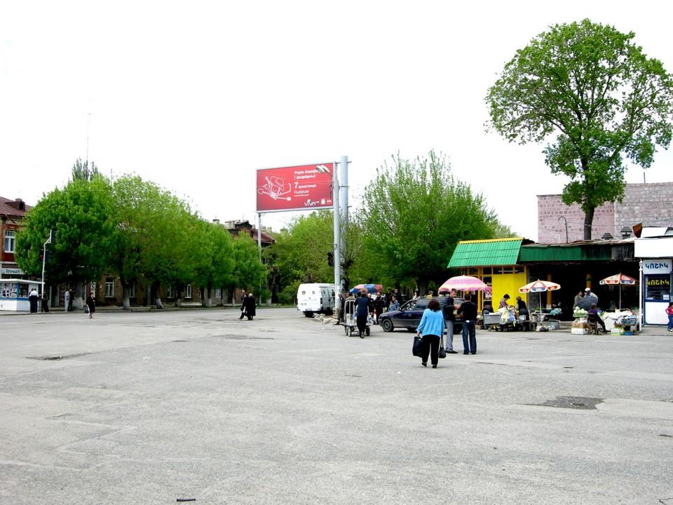 Aukio Gjumrin rautatieaseman edessä on nimeltään Kajaranamerdz Hraparak