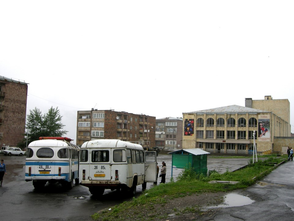 La place dans le centre du village nouveau de Sanahin