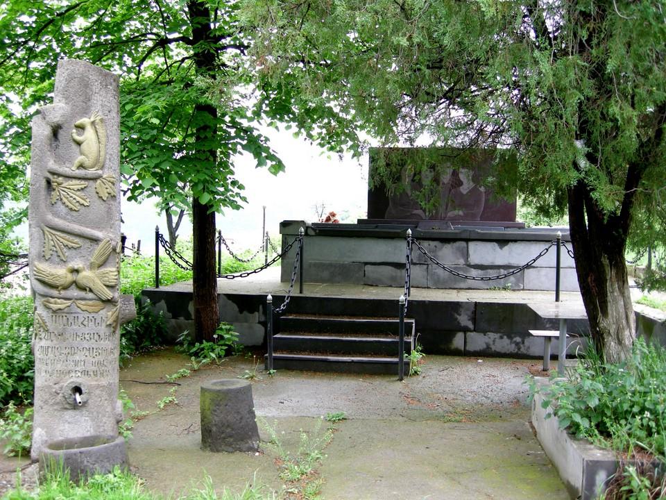 La pierre tombale raconte la cause de mort d'une famille