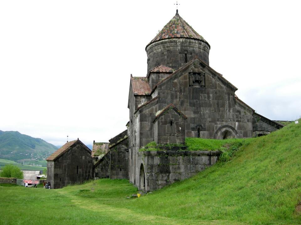 Haghpatin luostari ja vuoristomaisemia sen ympärillä
