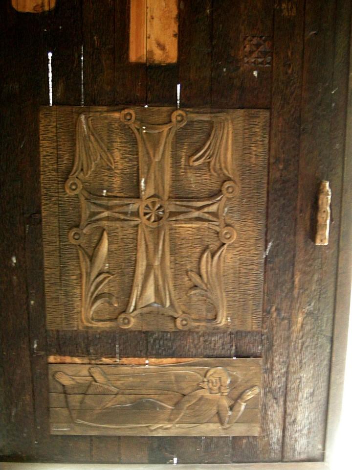 Gravure de bois sur la porte du réfectoire