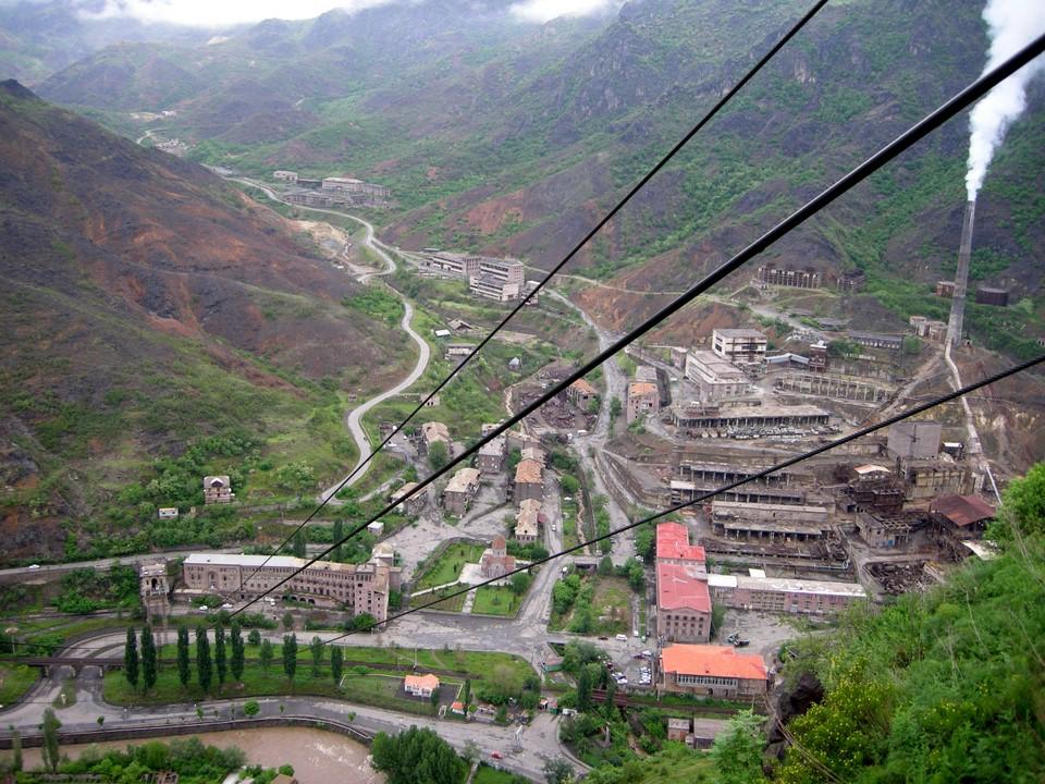 La cuivrerie d'Alaverdi comme vue de la station amont du téléphérique de Sanahin