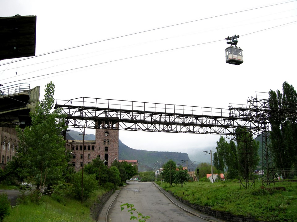Just before arriving to Alaverdi station the cable car passes over a road