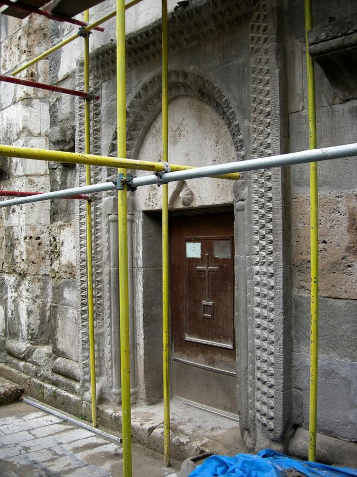 Ovi rakennustelineiden takana