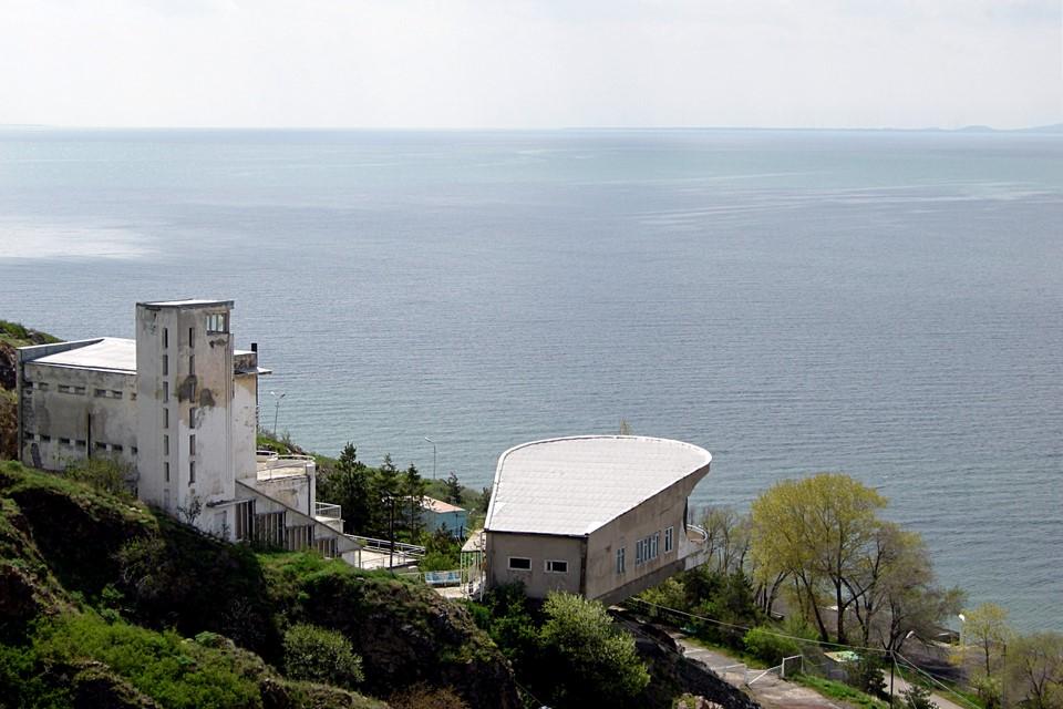 Luostarin alla järven rannalla on erikoinen roikkuva paviljonki