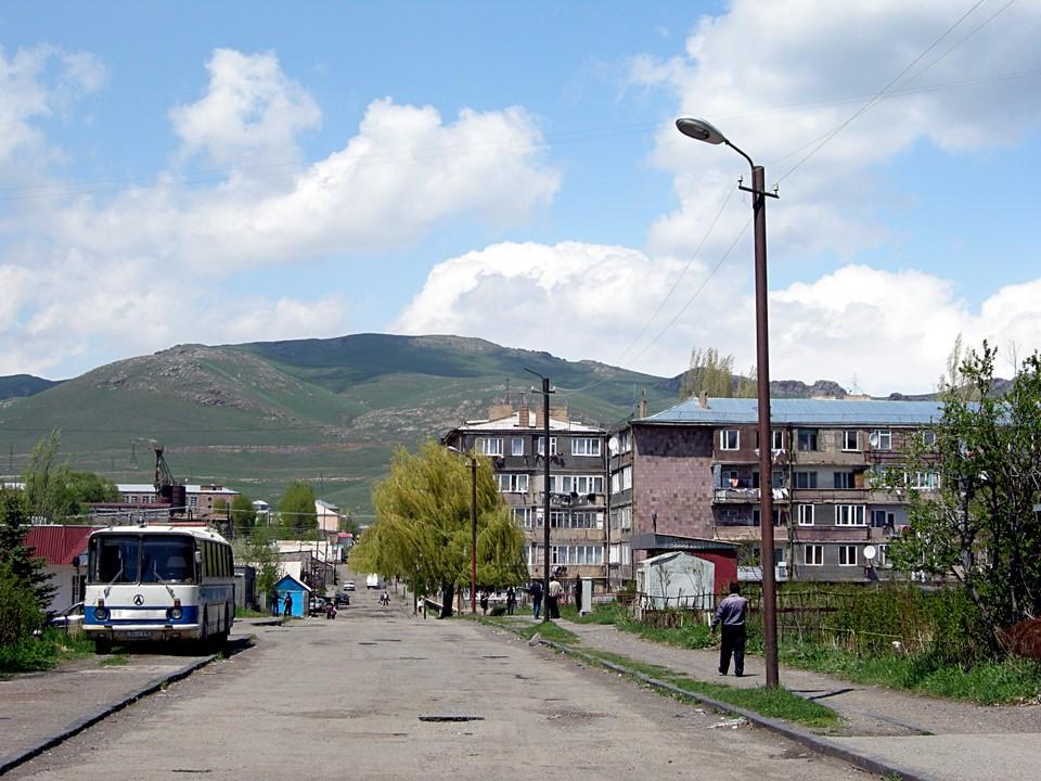 Une rue dans la ville de Sevan