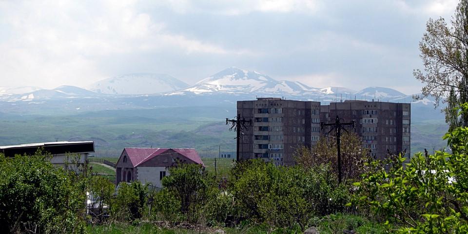 Un immeuble avec la vue montagnes