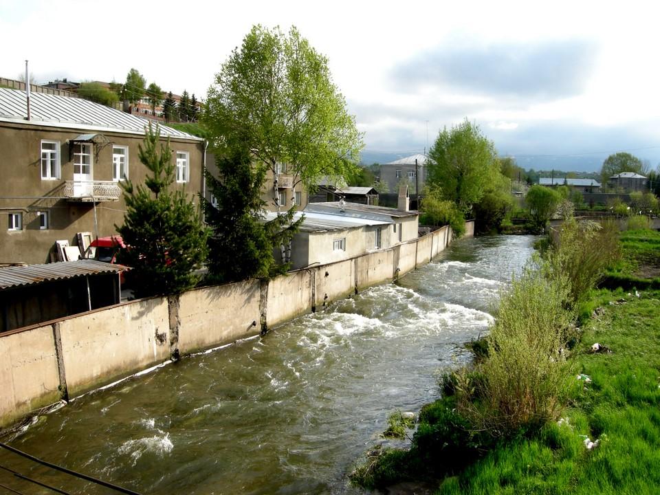 Gavaraget River flows through the city