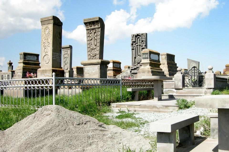 Komeita hautakiviä hautausmaan uudella puolella