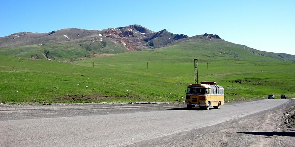 Un autobus jaune au col de Vorotan