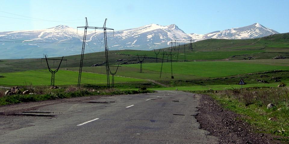 Ligne à haute tension, chemin et montagnes