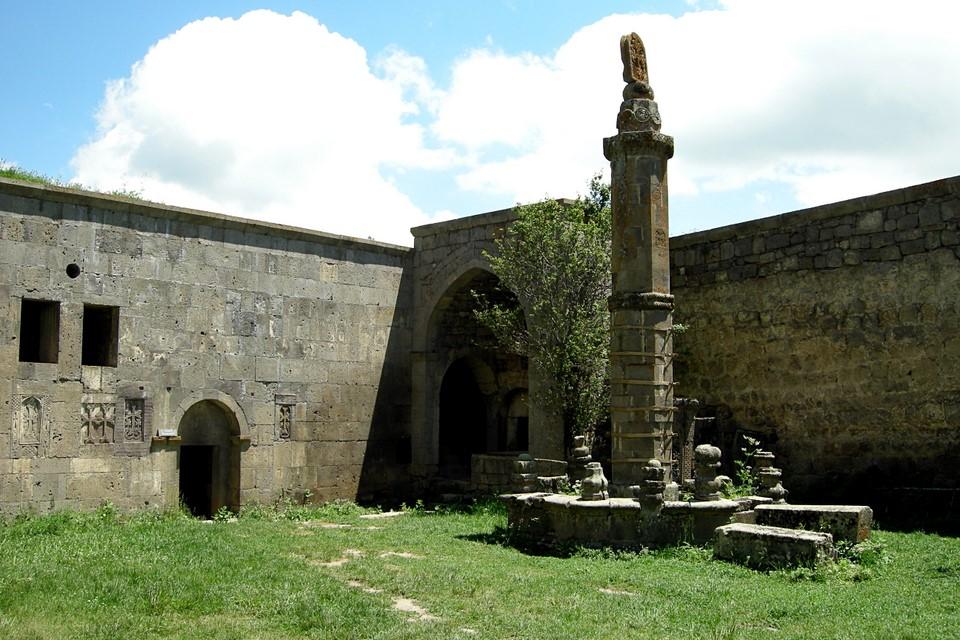 Gavazane et une colonne oscillante avec un khatchkar au dessus