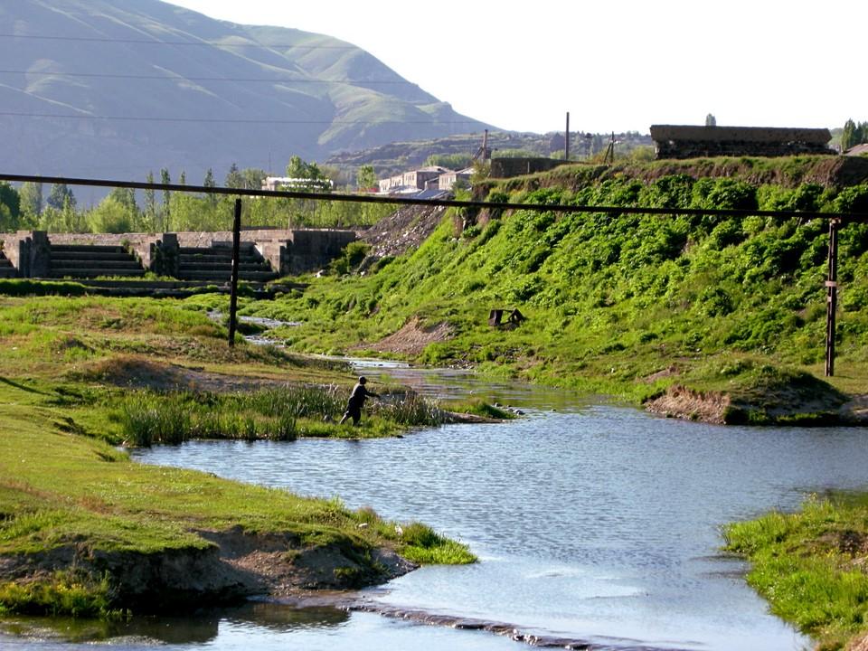 Pêcheur au bord de la rivière