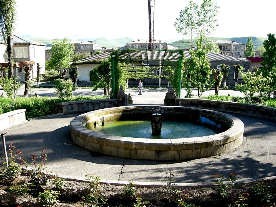 Fontaine et piscine en face de l'hôtel