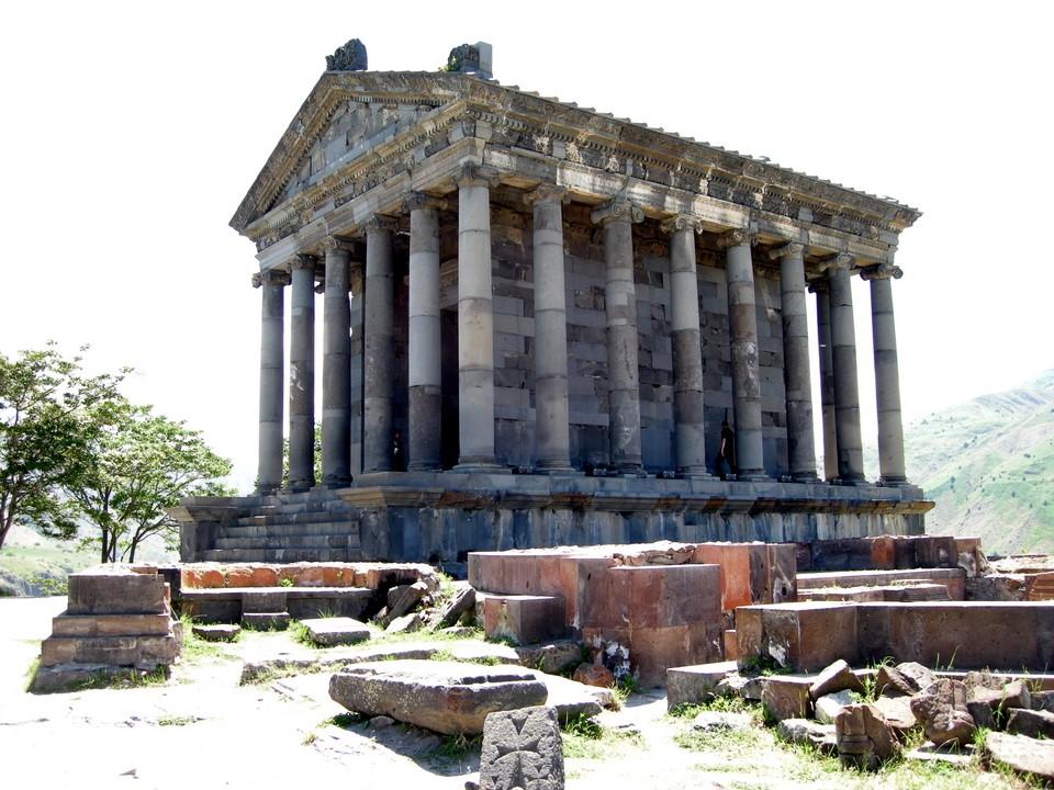 Temppeli ja sen viereisiä raunioita
