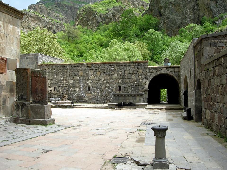Khatchkars et un puits à eau