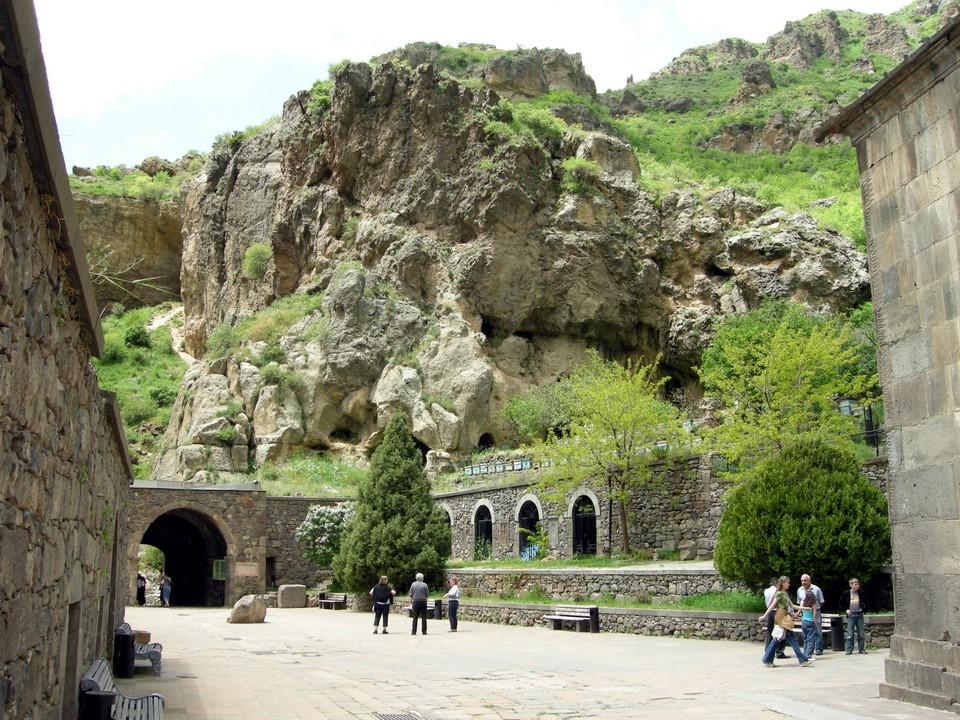 Le monastère est entouré par roches magnifiques