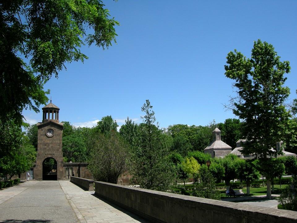 Kellotorni ja puistoa
