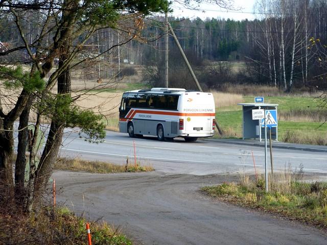 Porvoon Liikenteen bussi lähtee pysäkiltä Kulloossa (Seututie 170)